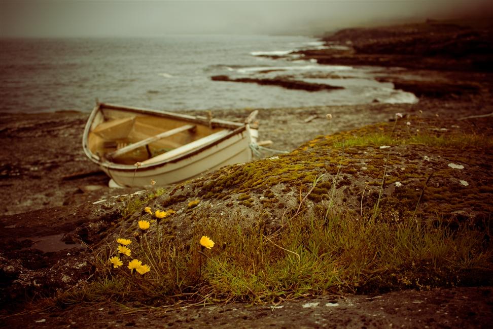 Boot an der Küste Svínoys