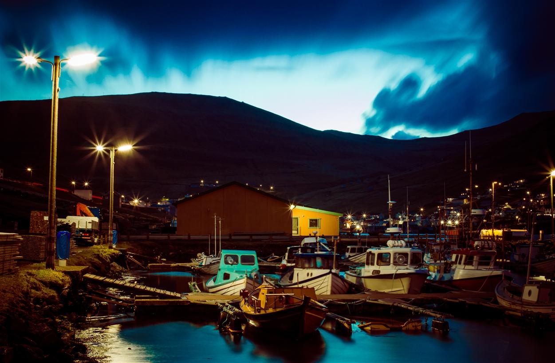 Abenddämmerung im Hafen von Vágur