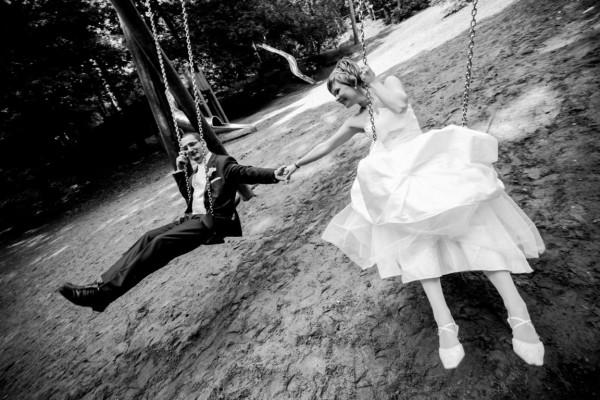 Hochzeitsfotograf Verden - Brautpaar sitzt auf Schaukel im Stadtwald von Verden