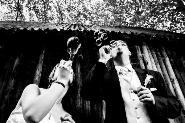 Hochzeitsfotograf Verden Brautpaar pustet Seifenblasen