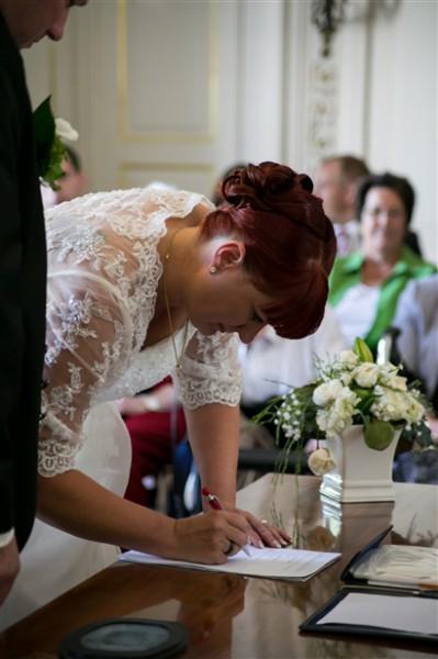 Hochzeitsfotograf Oldenburg - Braut unterschreibt