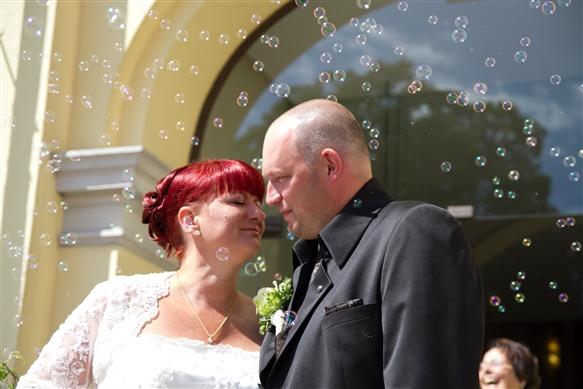 Hochzeitsfotograf Oldenburg - Seifenblasen umwegen das Brautpaar