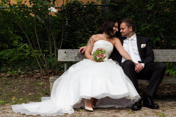 Hochzeitsfotograf Bremen Standesamt Bremen Lür Kropp Hof - Brautpaar sitzt auf Bank