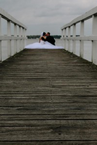 Hochzeitsfotograf Bremen Oldenburg Brautpaar sitz auf Bootssteg in Bad Zwischenahn