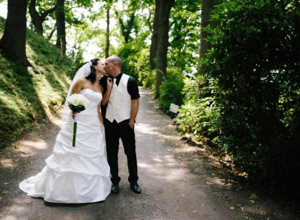 Hochzeitsfotograf Bremen - Brautpaar küsst sich