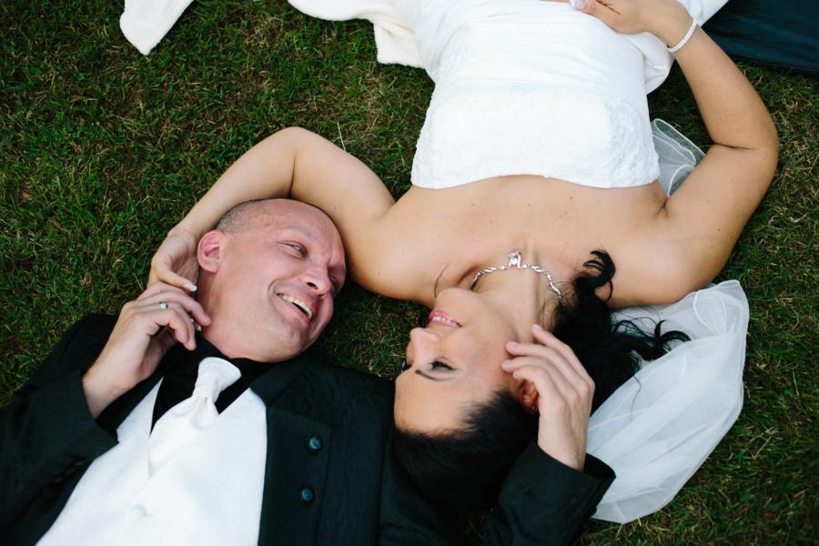 Hochzeitsfotograf Bremen Brautpaar liegt im Gras