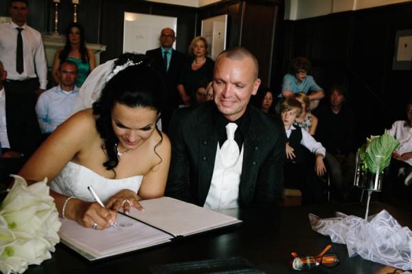Hochzeitsfotograf Bremen - Braut unterzeichnet die Urkunde während der Trauung
