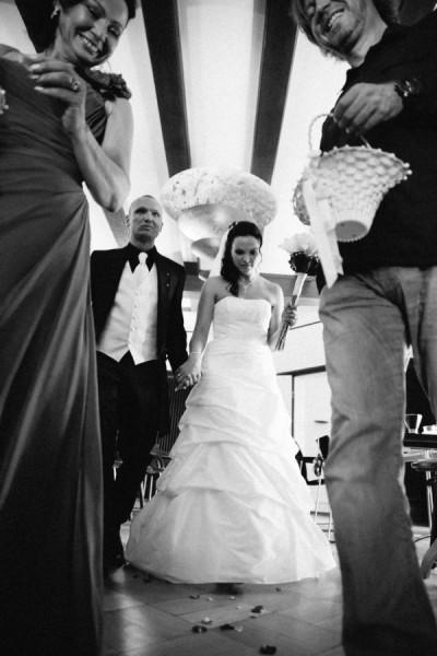 Hochzeitsfotograf Bremen - Brautpaar läuft nach der Trauung aus dem Standesamt