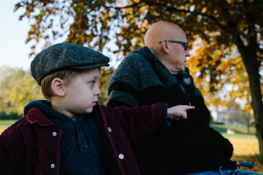 Fotograf Bremen familienfotos mit herbstlaub und babybauch dennis hayungs