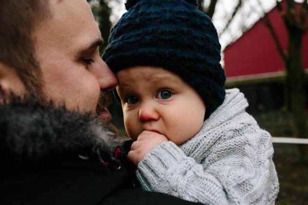 Kleinkind kuschelt sich an den Papa