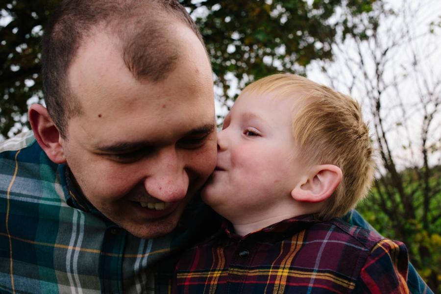 Vater und Sohn kuscheln